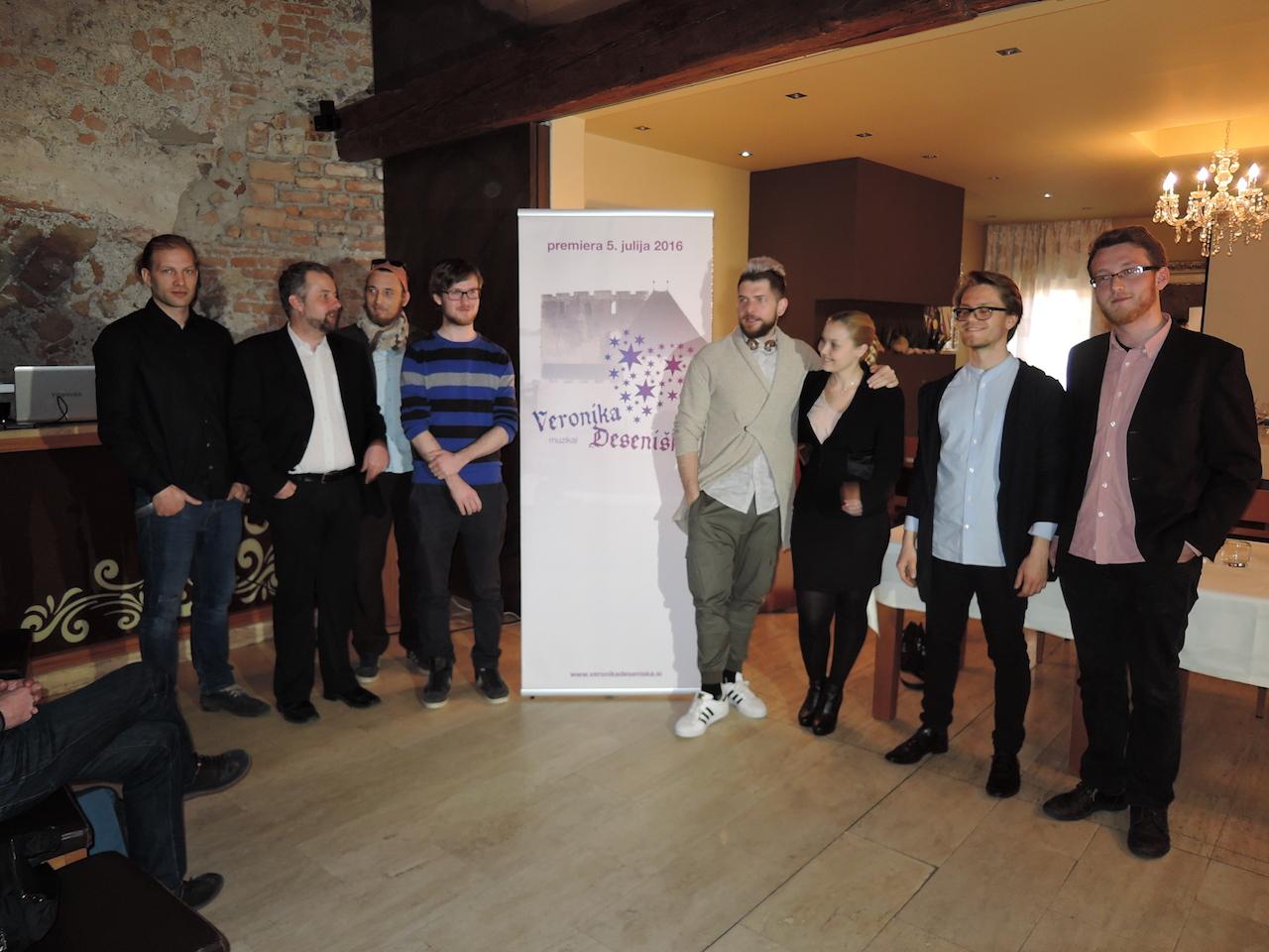 Ekipa na tiskovni konferenci
